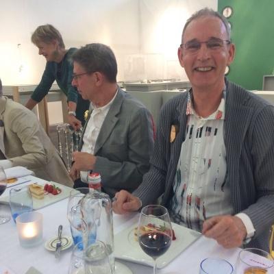 Geweldig KunstRai Art Diner met gasten te midden van de kunst.