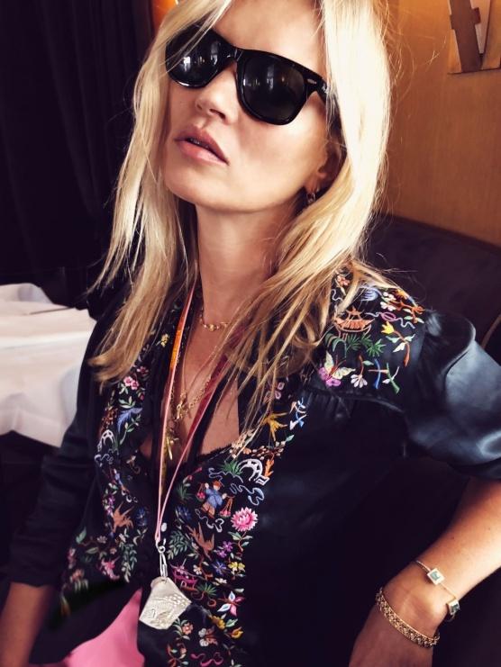 Kate Moss met collier van Nhat-Vu Dang.